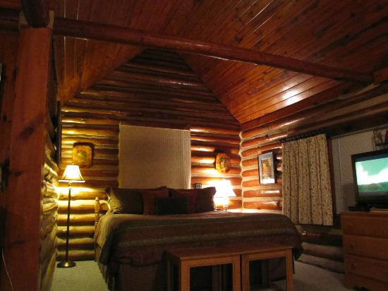 Tall Pines Inn: Bed with Vaulted Ceiling