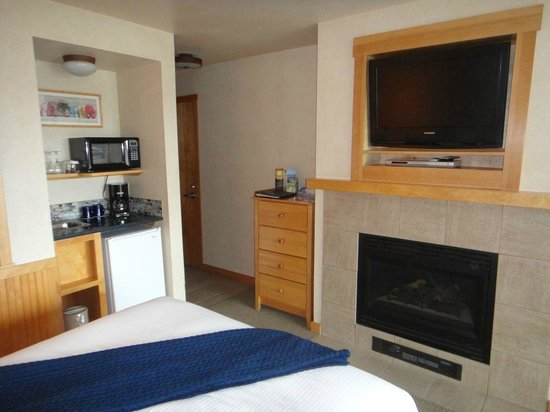 Inn At Cape Kiwanda: Kitchenette  and TV/Fireplace