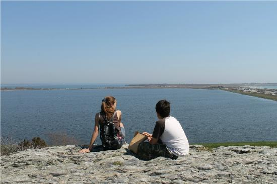 Norman Bird Sanctuary: Top of Hanging Rock .. you can see Second Beach in Newport