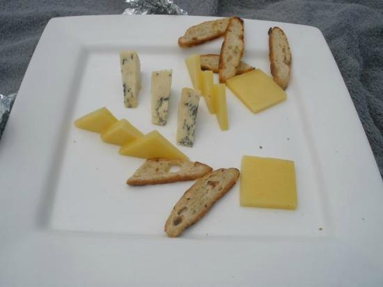 Tadrai Island Resort: Sweaty stale cheese & stale crackers