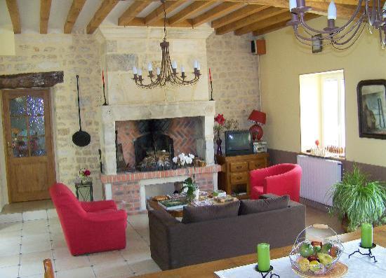 Le Bourg d'Aunou : salon avec cheminée