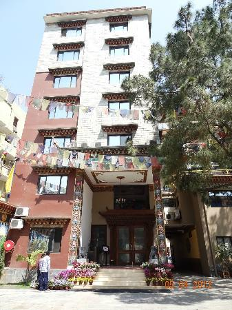 Hotel Tibet International: Reception gate, front view of hotel