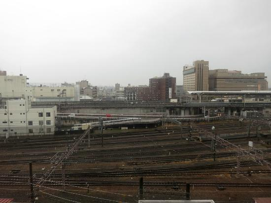 Kyoto Century Hotel: Railway view, the windows are well isolated you wont hear anything of the trains.