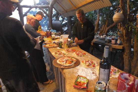 Hotel Hostal Puertecillo: getting pizzas ready for the pizza oven