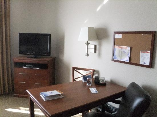 Candlewood Suites Santa Maria: work desk and flat tv