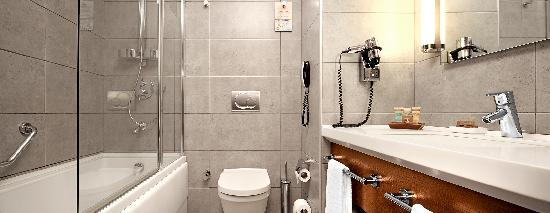 Midtown Hotel: Deluxe Bathroom