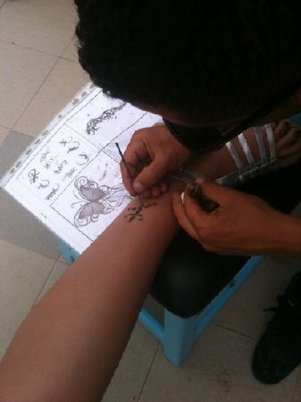 El Mouradi Club Selima: le tatoueur