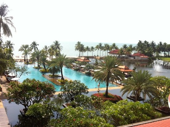 Dusit Thani Hua Hin: swimming pool & beach