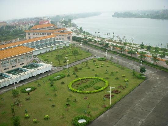 Sanhui Hotel: Nice environment and clean air. Open the window and see more.
