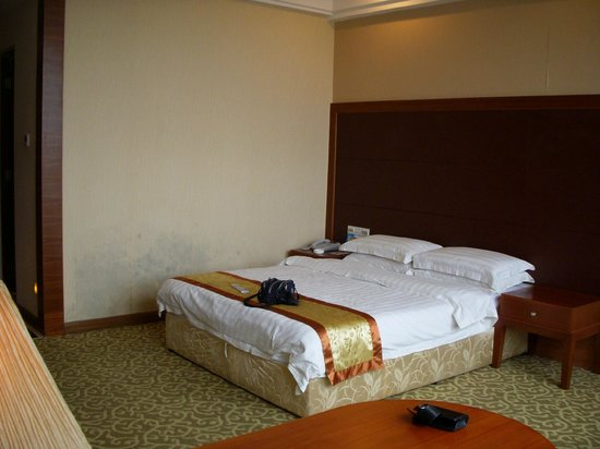 Sanhui Hotel: A superior room is acceptable.