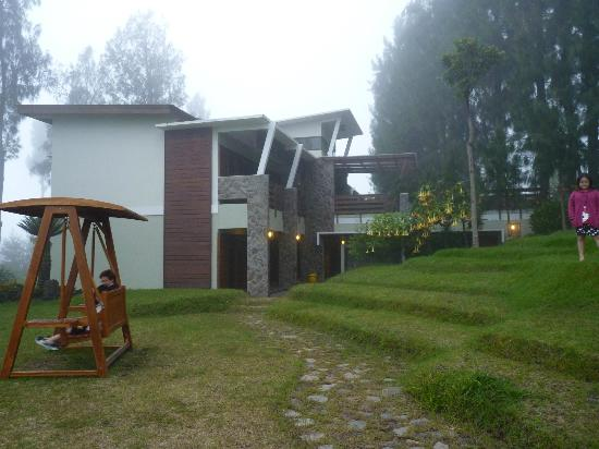 Sukapura, Индонезия: Our lodge and the swing