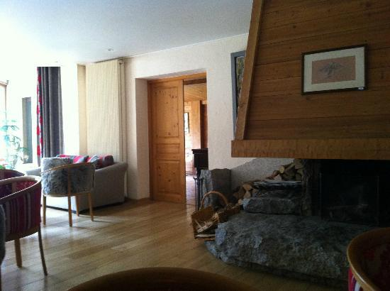 Hotel de l'Arve: Lounge with fireplace