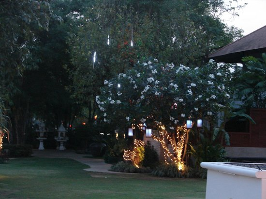 Ratilanna Riverside Spa Resort Chiang Mai: Garden lighting up at dusk
