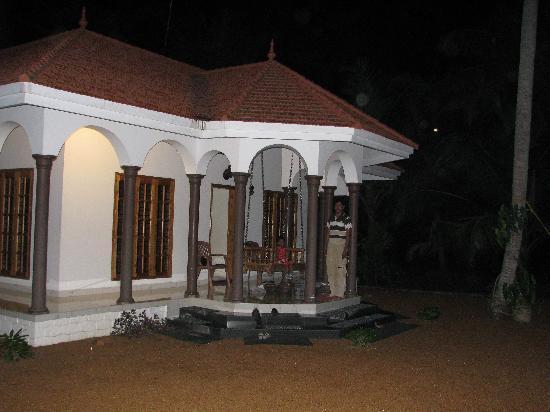 Coconut Creek Farm and Homestay Kumarakom: Outside view in the dark