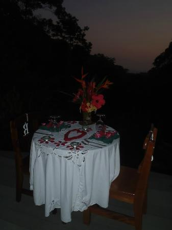 Luna Lodge : A romantic dinner for the newly weds!
