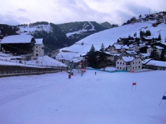 Hotel Bel Mont: Hotel at bottom of slopes.