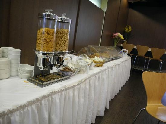 Edward Hotel: Breakfast area