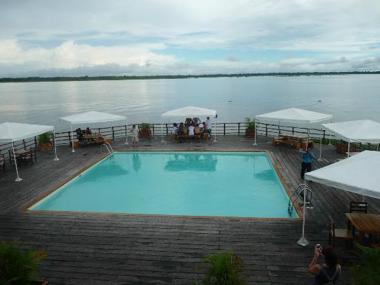 Al Frio y Al Fuego : Piscina del restaurante y mesas exteriores