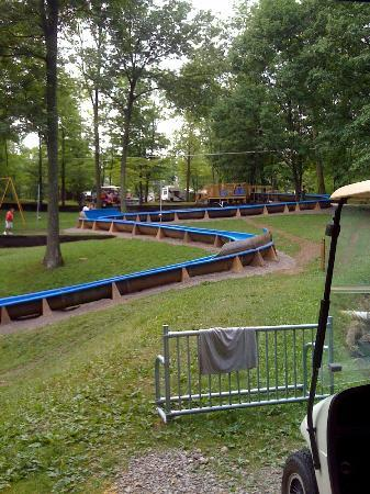 Jellystone Park at Dogwood Valley : Slide by the lake