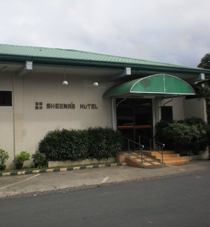 Oroquieta, Filipinas: Entrance to Sheena's Inn and St Therese Hospital