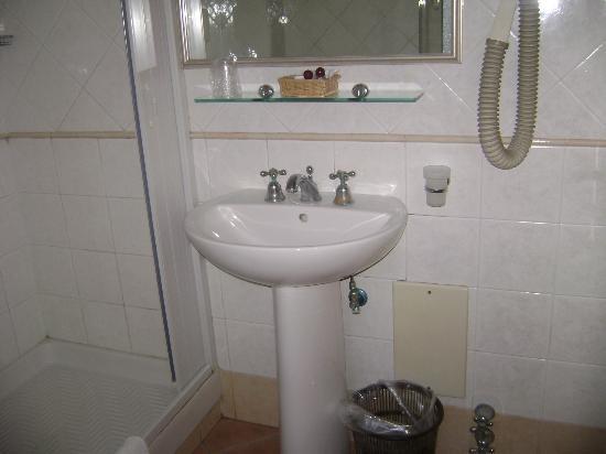 Hotel Leopardi: bagno con phon