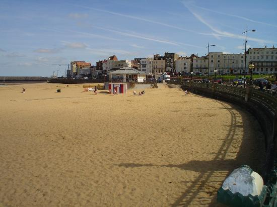 Margate, UK: Beach view looking towards Beach Bar.