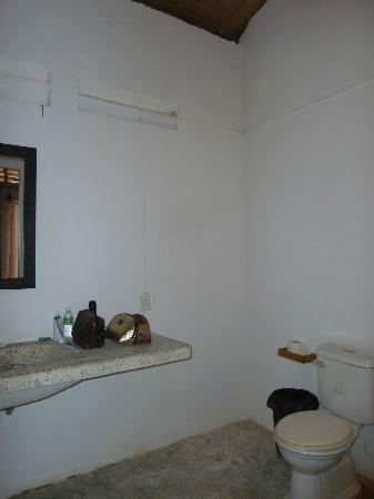 Mango Bay Resort: deel van badkamer/wc