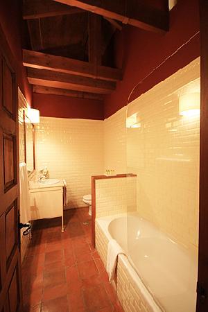 Hosteria Ayala Berganza: Bathroom.