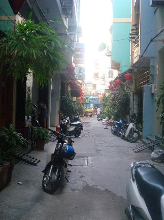 Bich Duyen Hotel: The quiet alley where the hotel is