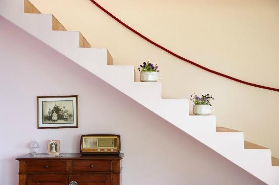 Villa Michela: Escalera del comedor acceso habitaciones