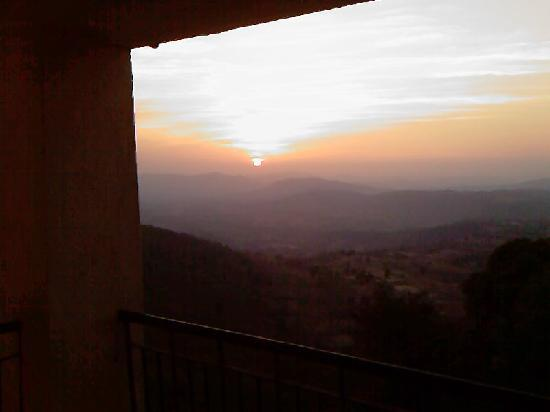 Toran Hill Resort: sunset from the balcony sit out