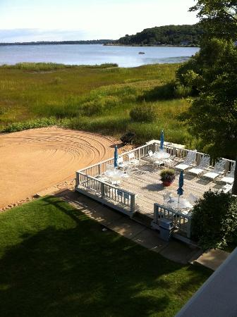 North Shore Inn: Deck on the beach