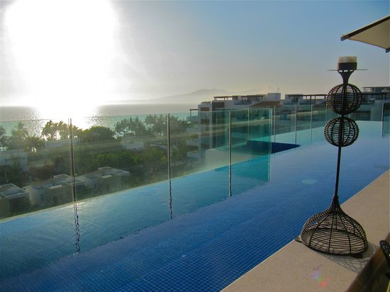 Marival Residences Luxury Resort: penthouse pool at bar/restaurant