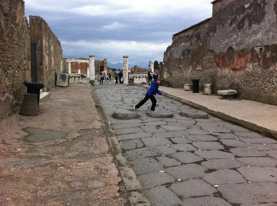 Lucia Pompeii Guide Tours: crossing the roman road