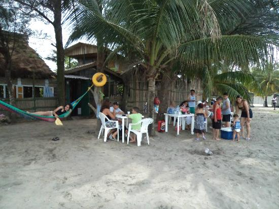 Caribbean Coral Inn : Familia disfrutando del mar
