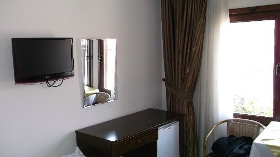 Hotel Nehrin: TV und Schreibtisch