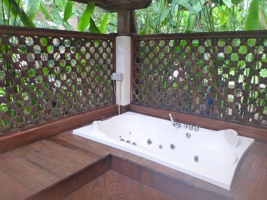 Salad Buri Resort & Spa: Outdoor jacuzzi lacked privacy