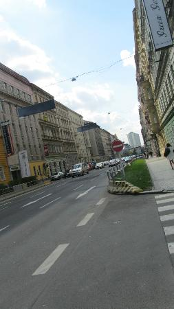 Alqush Downtown Hotel: busy road outside hotel