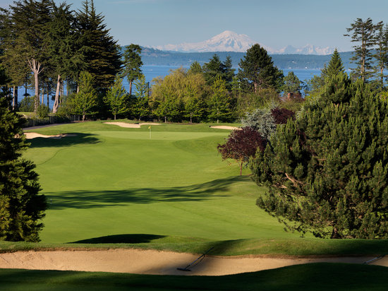 Central Saanich, Καναδάς: Mount Baker rises above the 5th hole
