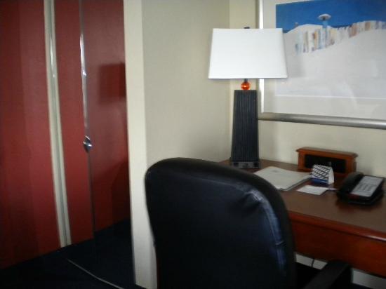 Hampton Inn Myrtle Beach - Broadway At the Beach: Closet and office desk