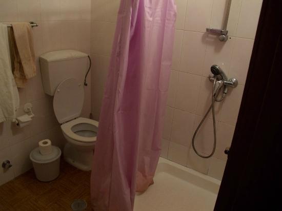 Pousada da Luz: Dusche mit schimmelndem Vorhang