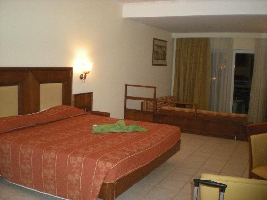 Kipriotis Maris: King sized bed and lounge