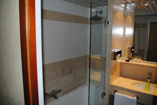 هوتل ديربي برشلونة: Bathroom