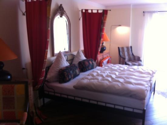 Hotel Deutsche Eiche: junior suite bed