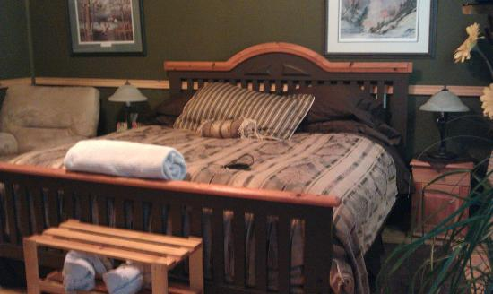 Rising Moon B&B: King Bed in first cabin.