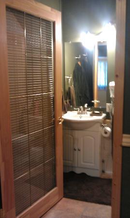 Rising Moon B&B: Bathroom in the First cabin