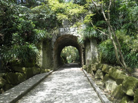 Kamakura Museum of Literature: 園内のトンネル、ここを通る文学館の建物へ