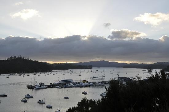 Crows Nest Villas: Sunrise over the bay