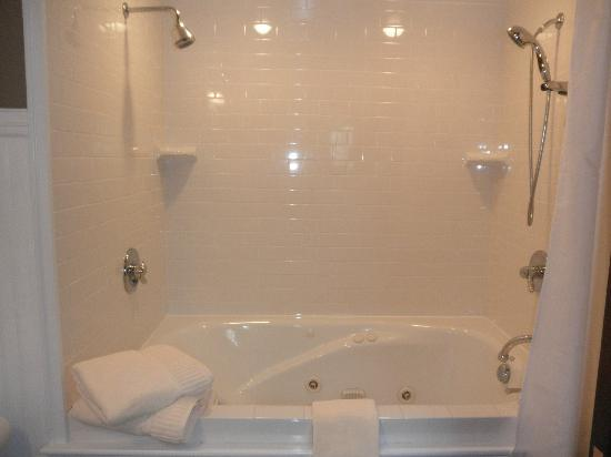 Belvedere Inn & Restaurant: The tub!!
