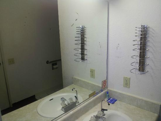 Rodeway Inn and Suites: the mirror is with stains that is not removable